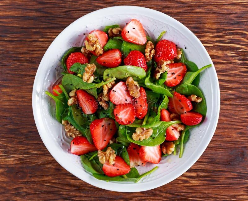 夏天果子素食主义者菠菜草莓坚果沙拉 概念健康食品 图库摄影