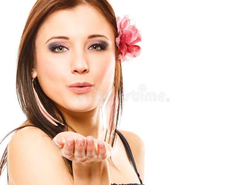 夏天样式吹的亲吻的美丽的女孩 flirty 库存图片