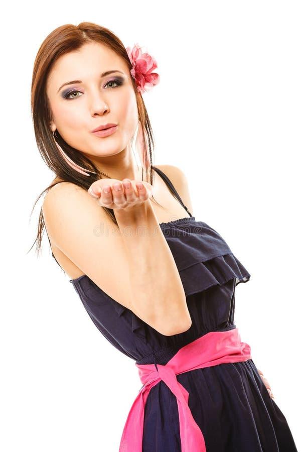 夏天样式吹的亲吻的美丽的女孩 flirty 免版税库存照片