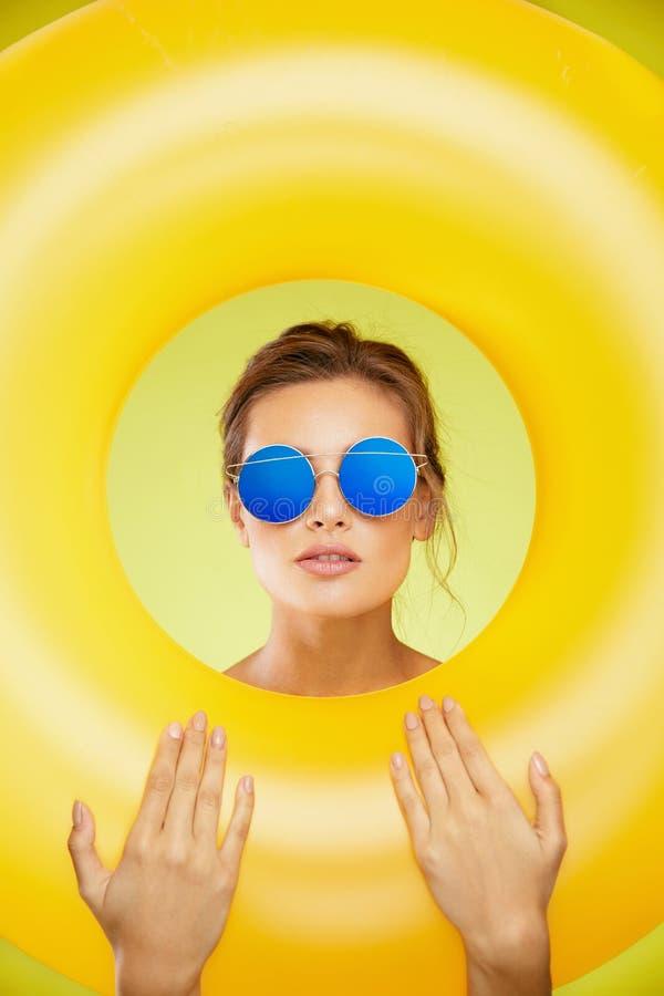 夏天样式 时尚太阳镜的妇女 免版税图库摄影