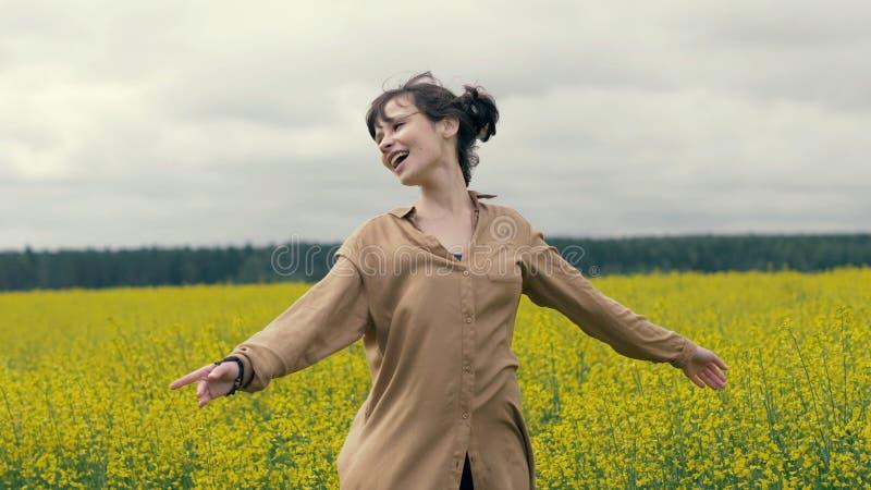 夏天步行的画象愉快的少妇在领域 免版税库存图片