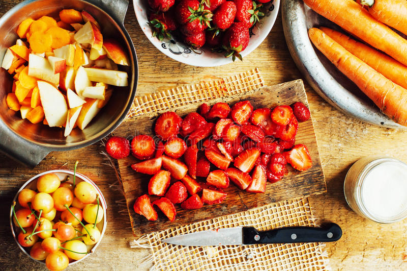 Download 夏天沙拉用新鲜的家庭自然水果和蔬菜 预习功课 库存照片. 图片 包括有 土气, 收获, 汁液, 秸杆, 可口 - 72357584