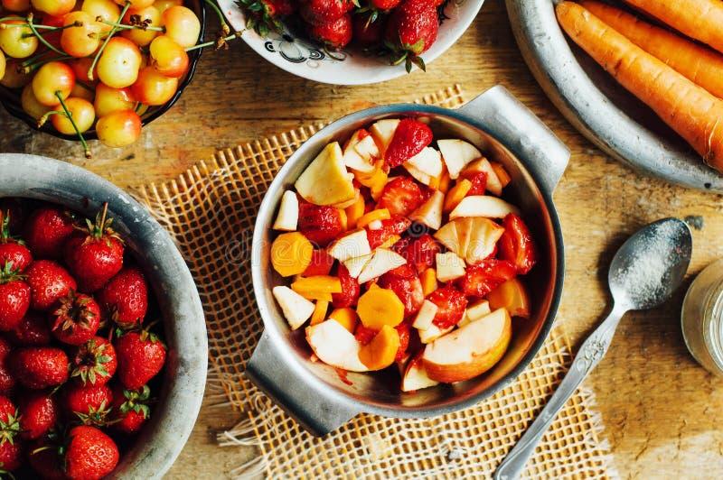 Download 夏天沙拉用新鲜的家庭自然水果和蔬菜 预习功课 库存图片. 图片 包括有 健康, 沙拉, 水果, 滋补, 春天 - 72357769
