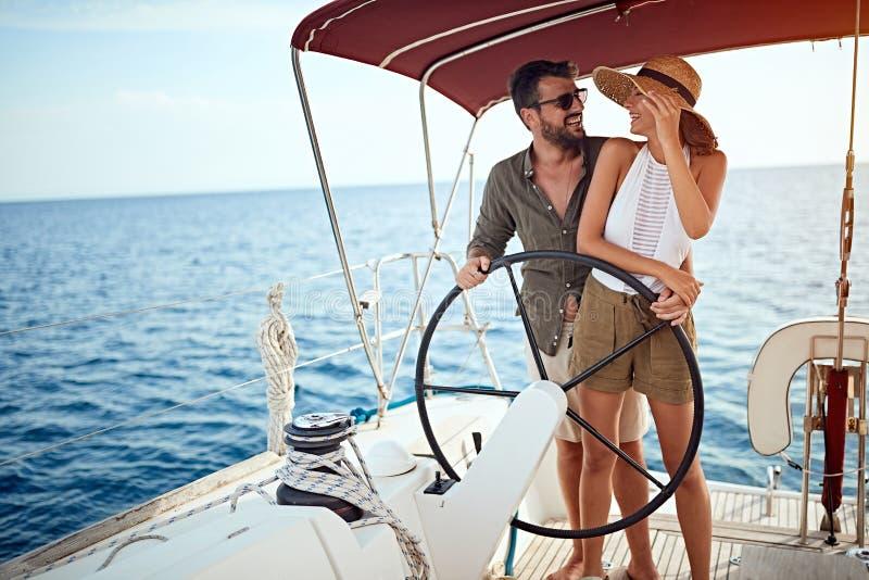 夏天浪漫史在度假-在豪华小船的夫妇 免版税库存照片