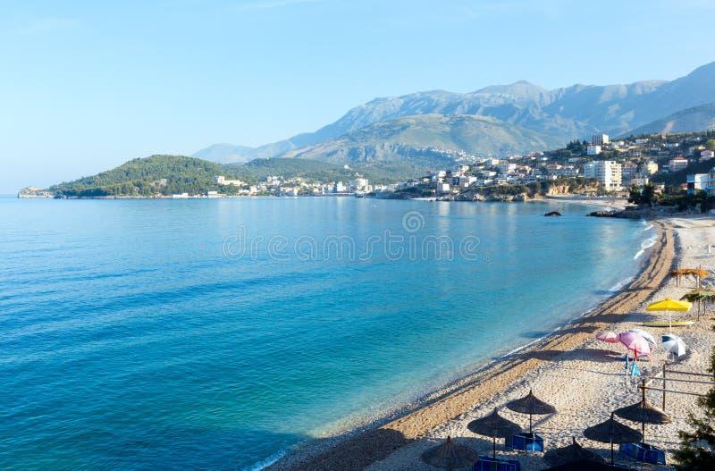 夏天海岸线早晨视图(阿尔巴尼亚) 免版税库存图片