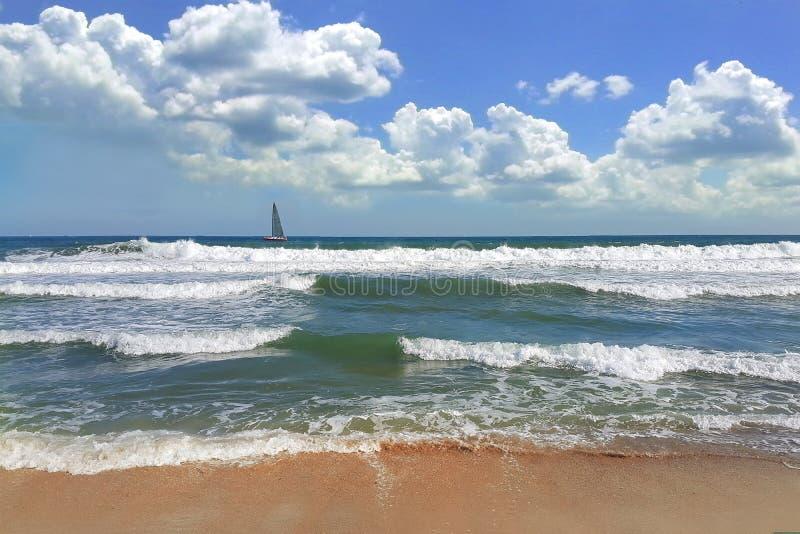 夏天海滩波浪在黑海瓦尔纳保加利亚 库存照片
