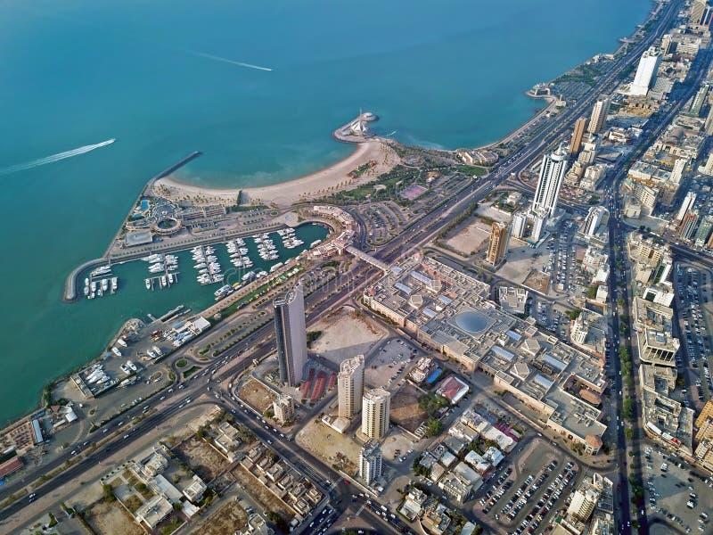 夏天海边小游艇船坞海滨鸟瞰图在Salmiya科威特,中东 免版税库存照片