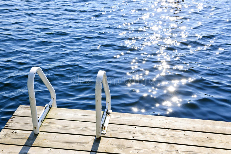 夏天湖的船坞有苏打水的 图库摄影