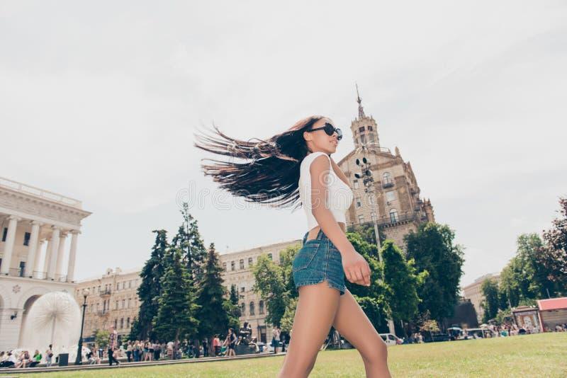 夏天热的成套装备的无忧无虑的逗人喜爱的学生是很愉快的,跳 免版税库存照片