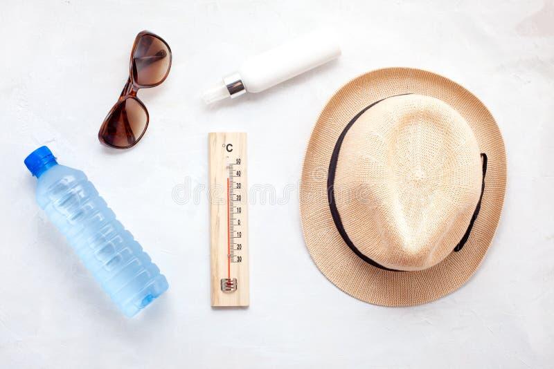 夏天热的根本辅助部件:太阳镜,帽子,遮光剂,瓶水 平的位置,顶视图 免版税库存照片