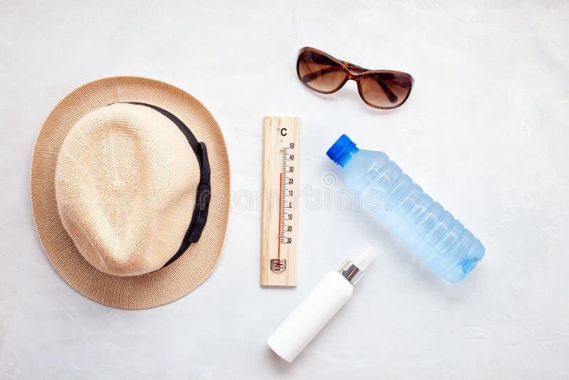 夏天热的根本辅助部件:太阳镜,帽子,遮光剂,瓶水 平的位置,顶视图 库存图片