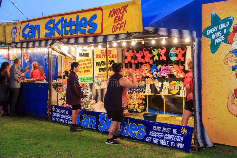 夏天狂欢节杂耍比赛 击倒奖的人们罐头 免版税库存图片