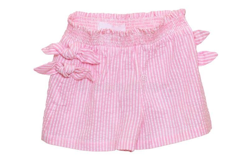 夏天短裤隔绝了 特写镜头与在白色背景隔绝的丝带弓的时髦的时兴的镶边桃红色短裤 免版税库存照片