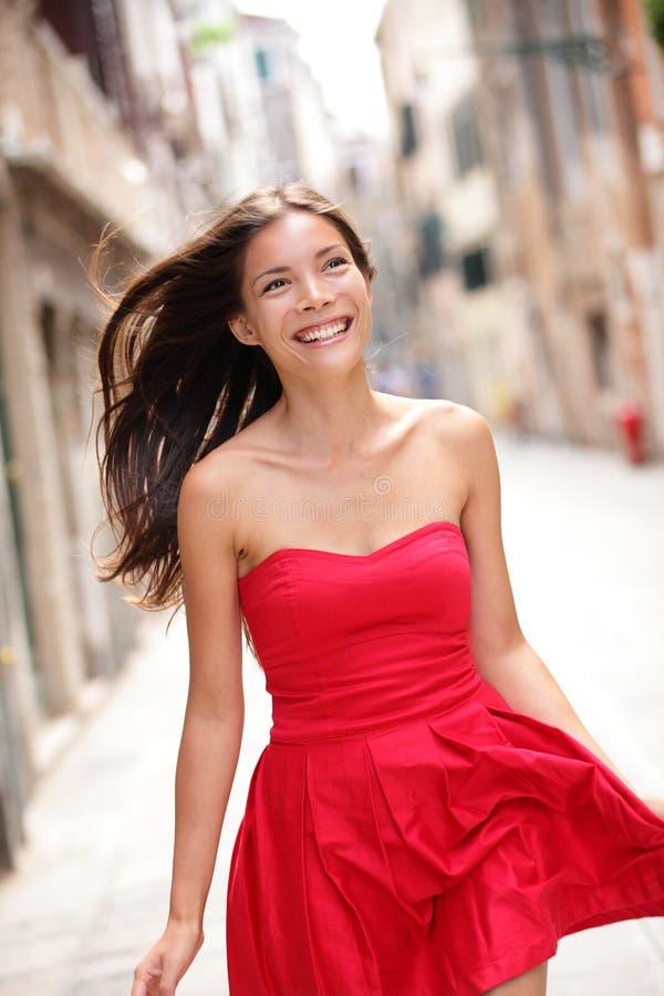 夏天礼服的亚裔美丽的妇女 免版税库存照片