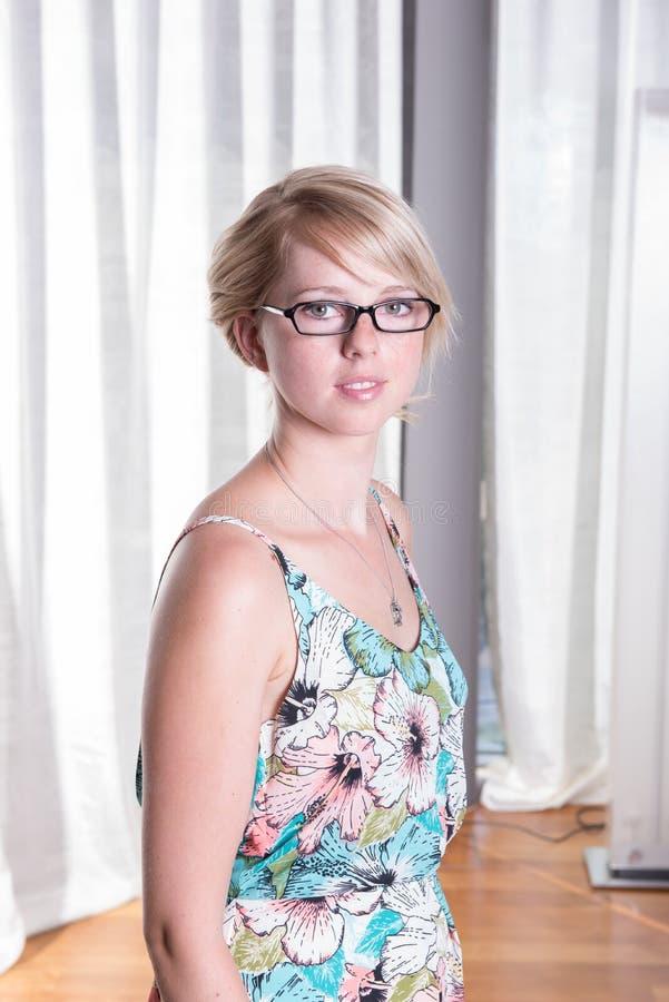 夏天礼服的画象可爱的少妇 免版税库存照片