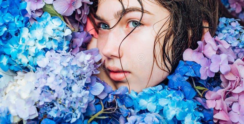 夏天秀丽 构成化妆用品和skincare t 健康头发和皮肤 有夏天构成的女孩 库存照片