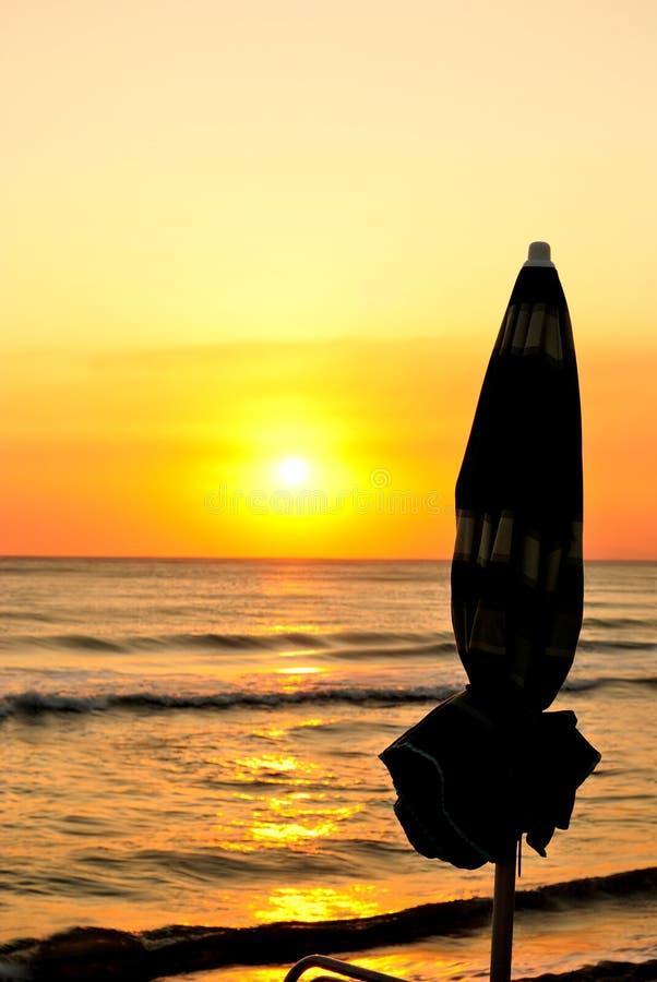 夏天结束,日落在海滩,垂直 免版税图库摄影