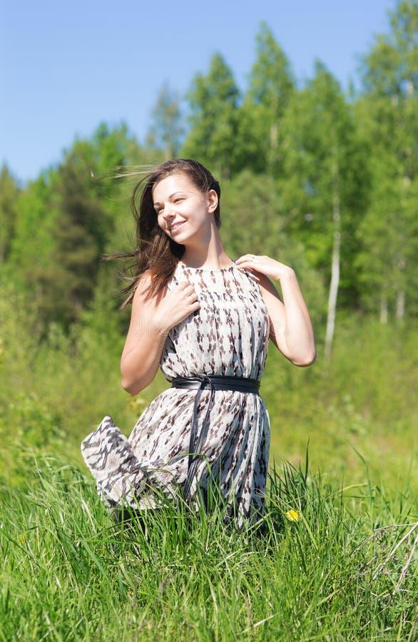 夏天草的女孩 库存图片