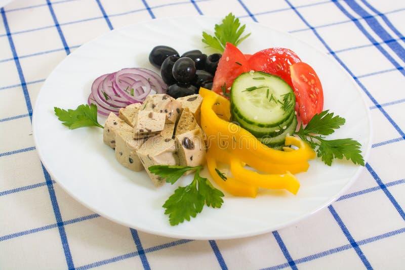 夏天菜沙拉,豆腐,橄榄 免版税库存照片