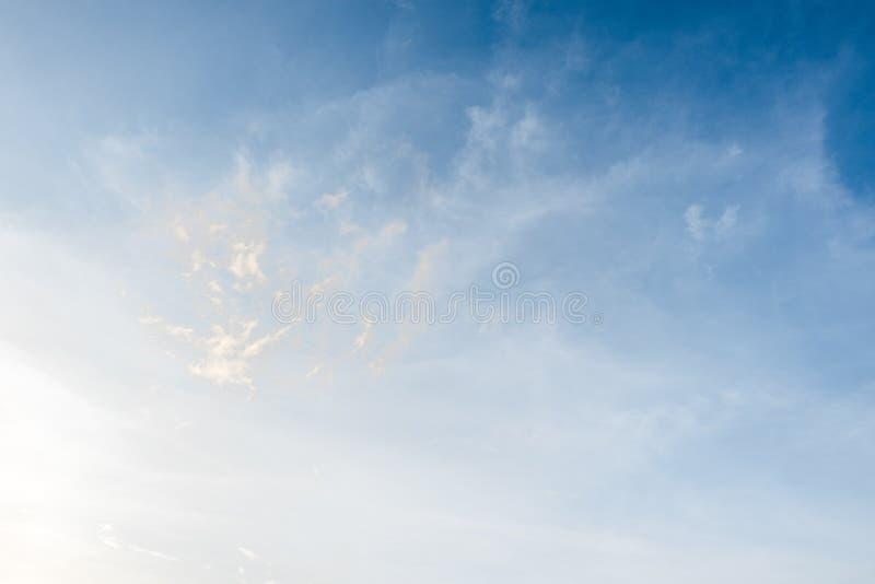 夏天蓝天和白色多云和阳光 库存图片
