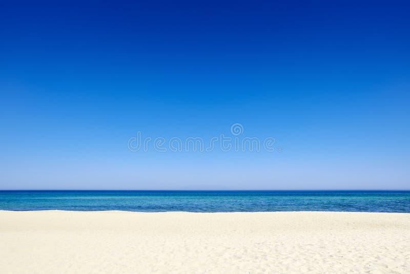 夏天蓝天沿海沙子背景海滩 免版税库存图片