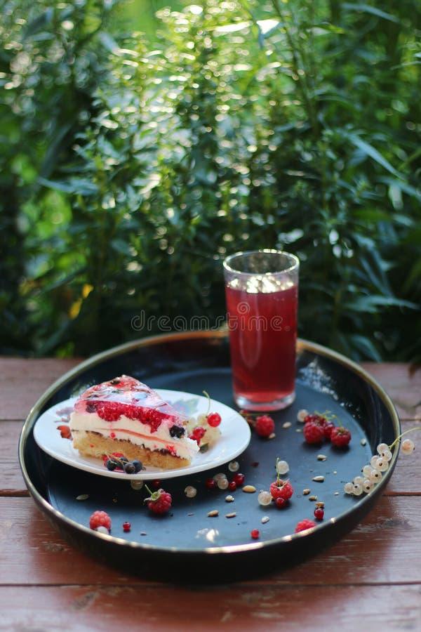 夏天蛋糕用与花和草背景的莓果 库存照片