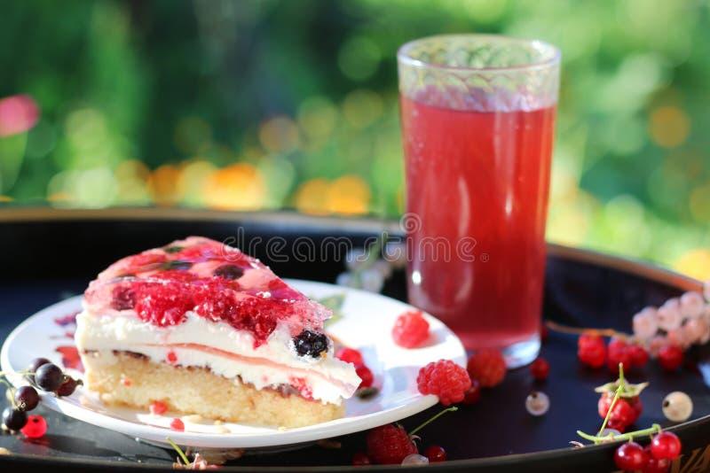 夏天蛋糕用与花和草背景的莓果 图库摄影