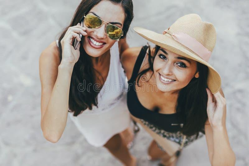 夏天衣裳的两个美丽的女孩 免版税库存图片