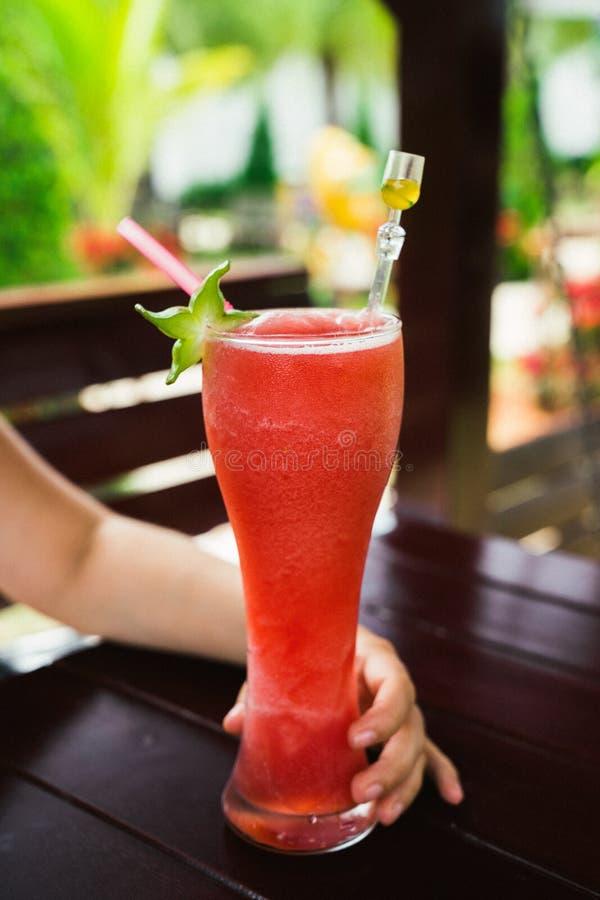 夏天西瓜新鲜的震动特写镜头 一份刷新的热带饮料 免版税库存图片