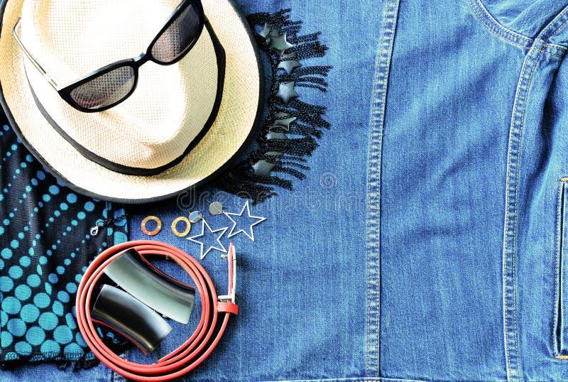 夏天辅助部件顶视图现代妇女的牛仔布斜纹布ba的 库存图片