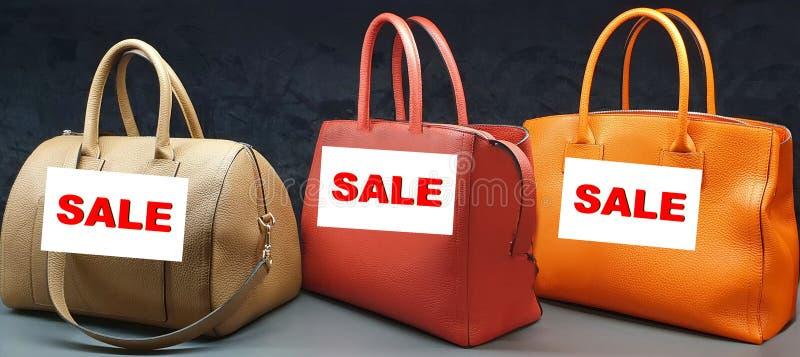 夏天销售妇女辅助部件提包时髦的现代汇集大销售黄色红色奶油自然皮革横幅 免版税库存照片
