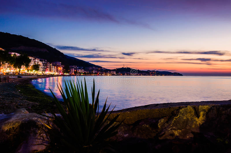 Download 夏天镇在晚上 编辑类库存照片. 图片 包括有 小卵石, 横向, 颜色, 无言, 云彩, 黑暗, 夜间, 系列 - 72356718