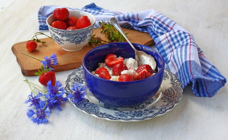夏天静物画用草莓和矢车菊 免版税库存照片