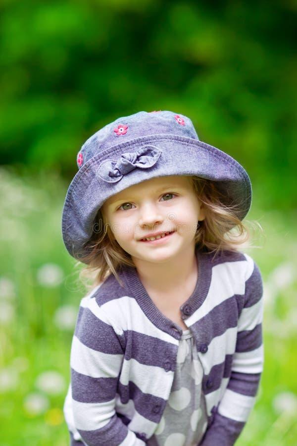 夏天领域的可爱的微笑的小女孩 库存照片