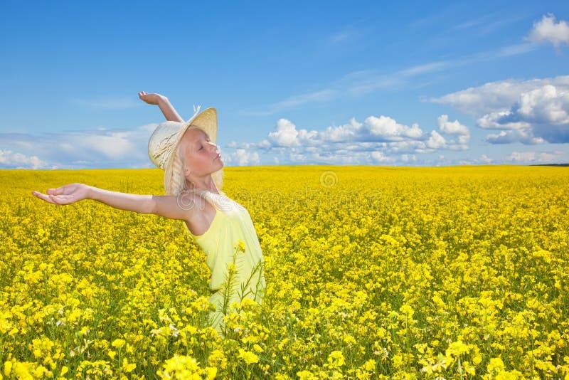 夏天领域的美丽的女孩 免版税库存图片