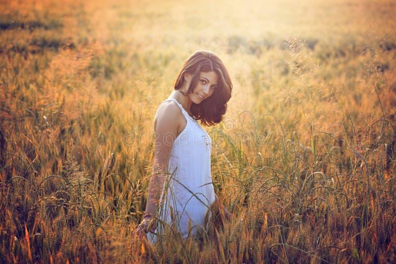 夏天领域的美丽的少妇 免版税库存图片