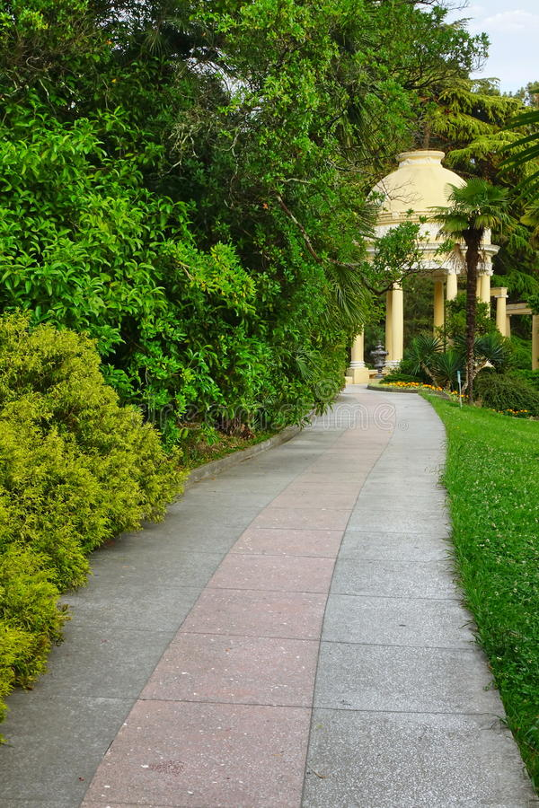 夏天风景在有走道和Po的热带装饰公园 库存图片