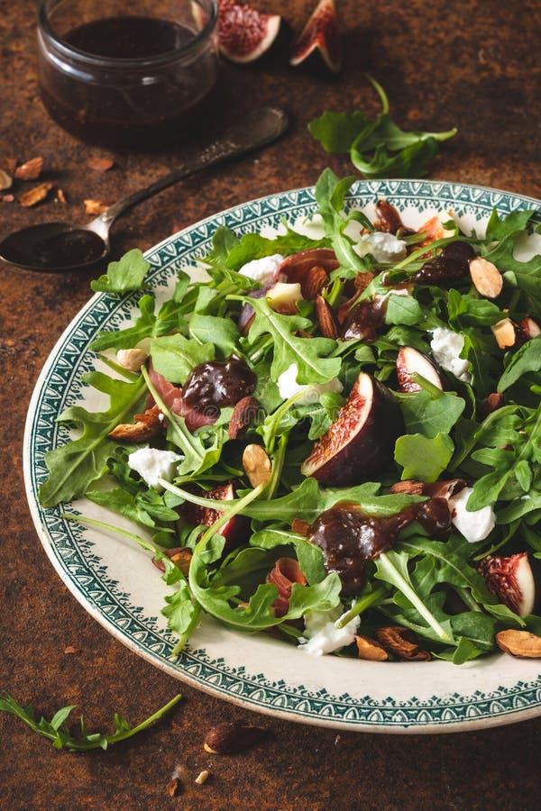 夏天食物的无花果沙拉用无花果、菠菜和希腊白软干酪 免版税图库摄影