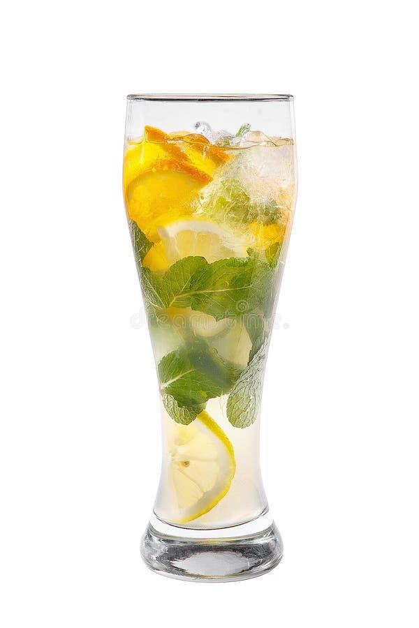 夏天饮料用桔子和薄菏隔绝了白色 免版税库存图片