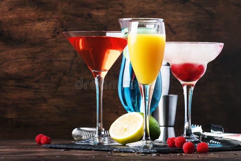 夏天鸡尾酒的选择 冷的刷新的酒精饮料和饮料:含羞草、世界性,莓玛格丽塔酒和蓝色 库存照片