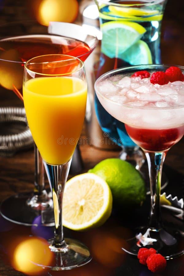 夏天鸡尾酒的选择 冷的刷新的酒精饮料和饮料:含羞草、世界性,莓玛格丽塔酒和蓝色 图库摄影