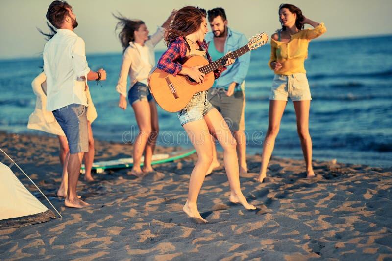夏天,假日,假期,音乐,愉快的人概念-年轻人 免版税图库摄影