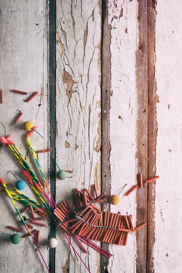 夏天:闪烁发光物和爆竹在木背景 免版税库存照片