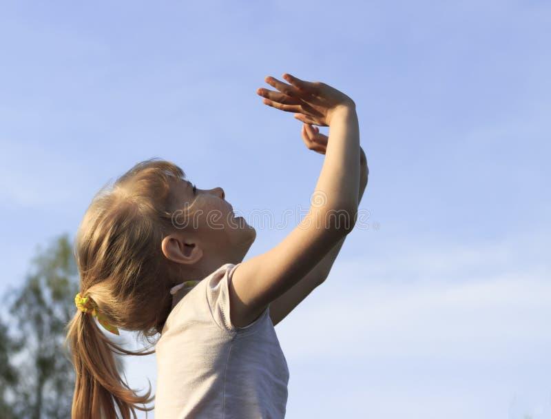 夏天 一个清楚,晴天 有白发的,对天空的手女孩 高兴在一个晴天 库存图片