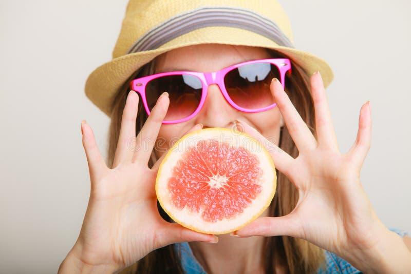 夏天 女孩旅游举行的葡萄柚柑桔 库存图片