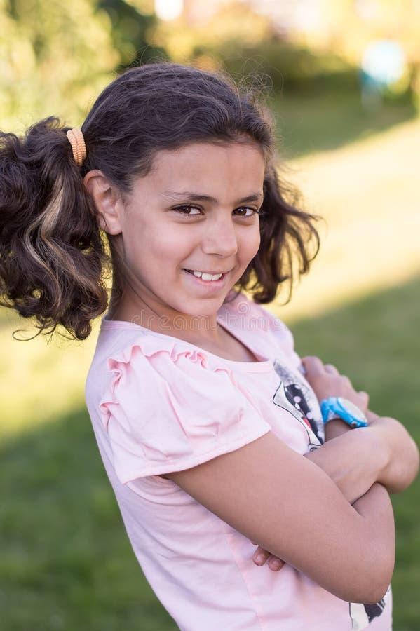 夏天 微笑的女孩简而言之在庭院 免版税库存图片