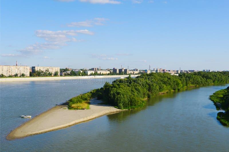 夏天水风景,有含沙酒吧的,鄂木斯克,俄罗斯鄂毕河 库存照片