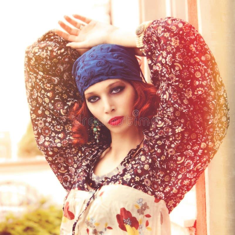 夏天boho样式年轻女人室外射击时尚画象  库存图片