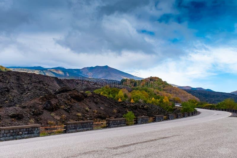 夏天Etna火山山,西西里岛蜒蜒路视图  库存图片
