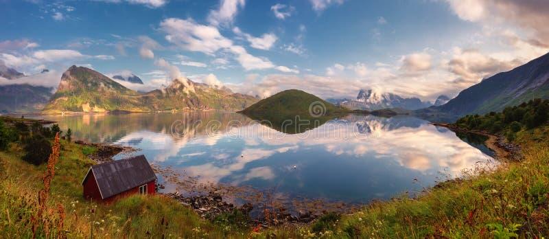 夏天Lofoten海岛,挪威日落全景  免版税库存图片